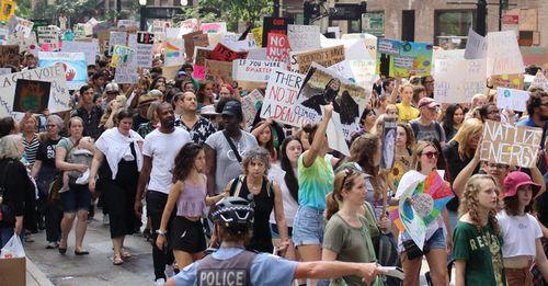 世界各地で若者たちの気候デモ行進